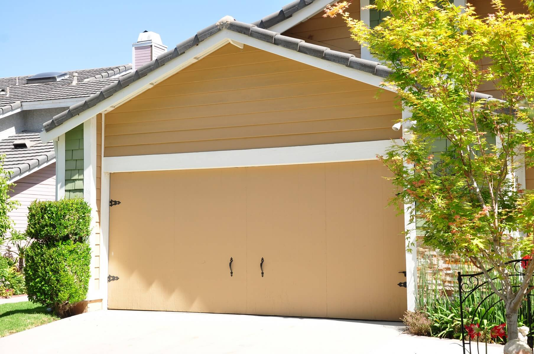 Better curb appeal at this simi valley home with a new garage door before simi valley garage door replacement 2 rubansaba