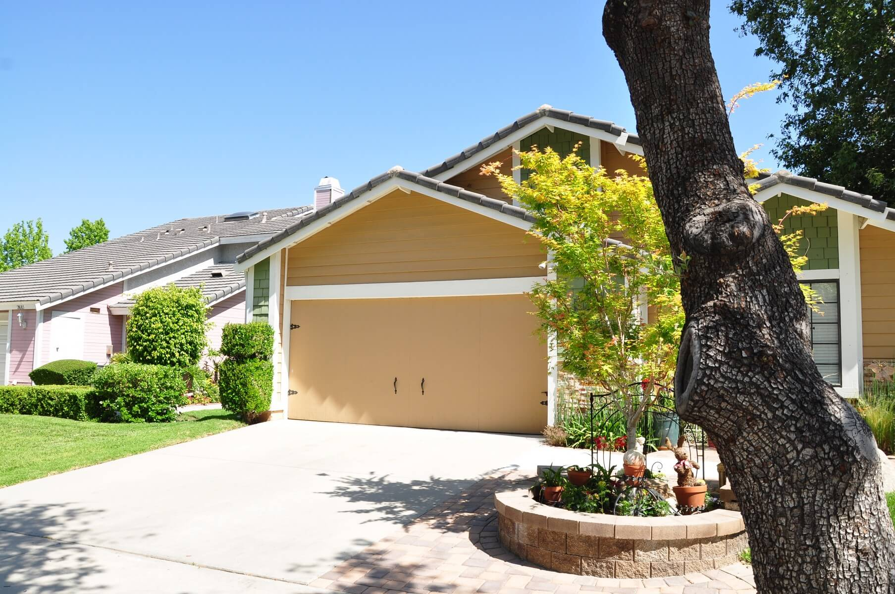 Better curb appeal at this simi valley home with a new garage door before simi valley garage door replacement 3 rubansaba